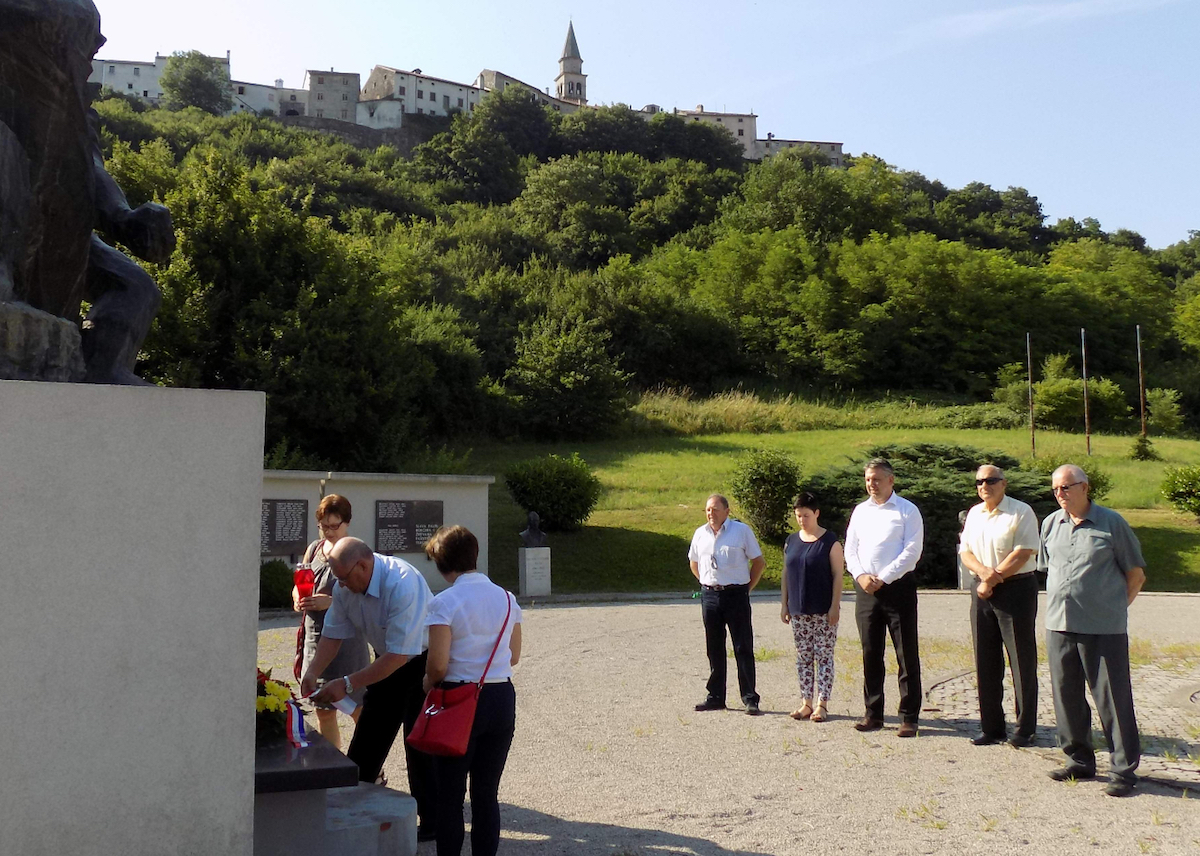 LokalnaHrvatska.hr Buzet Polaganje cvijeca povodom Dana antifasisticke borbe